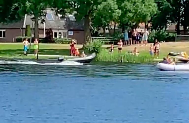Video: Onbemand rubberbootje slaat op hol bij Zwartsluis