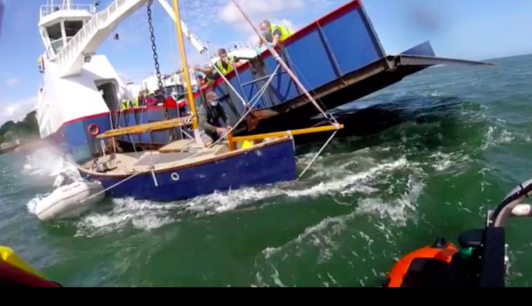 Video: Zeilboot zit klem onder veerboot