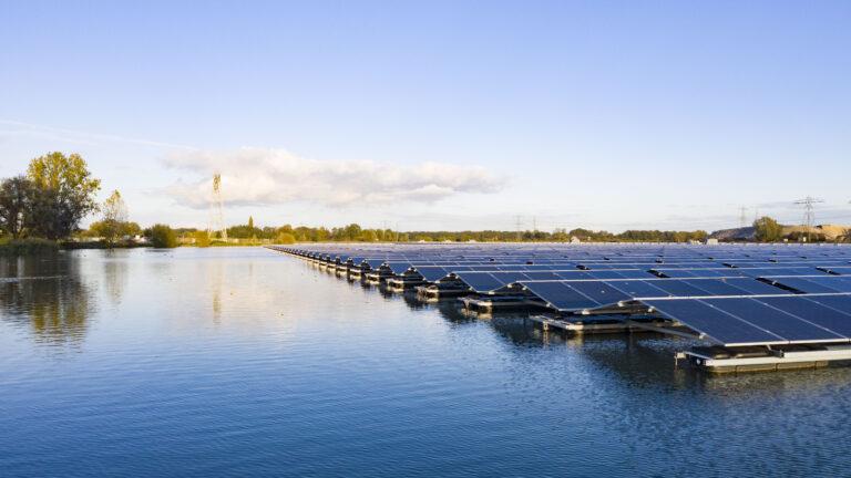 Grootste drijvende zonnepark van Europa in gebruik