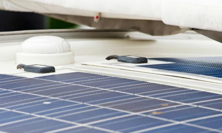 Nu in Zeilen: Zo installeer je een zonnepaneel, laadregelaar en accu
