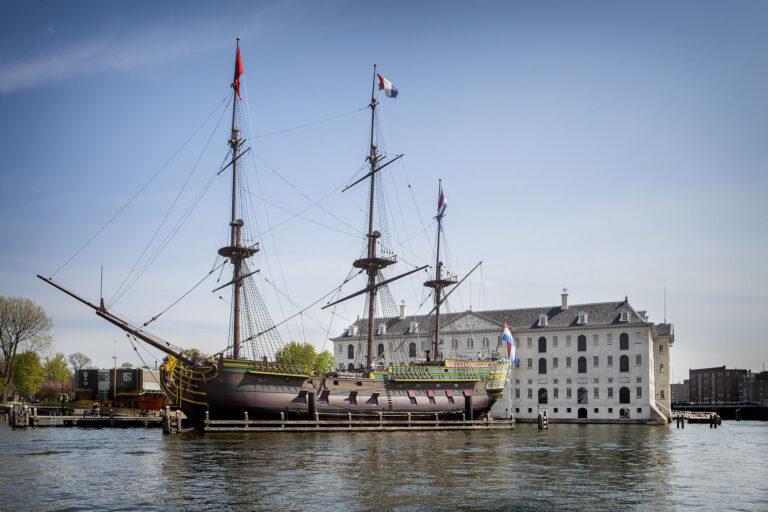 Pronkstuk Scheepvaartmuseum op het droge in Amsterdam