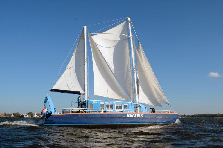 SailWise-catamaran vaart zeiltocht met 'goed doel'