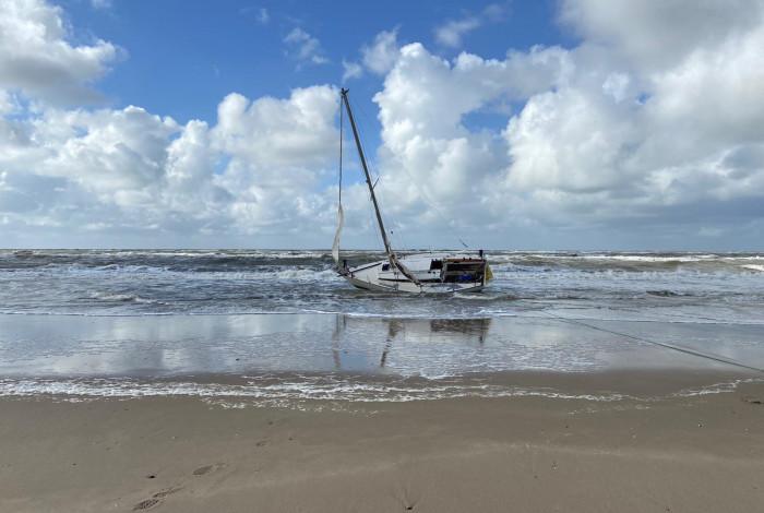 Omgeslagen boot van zeilpaar wordt later op het strand leeggeroofd