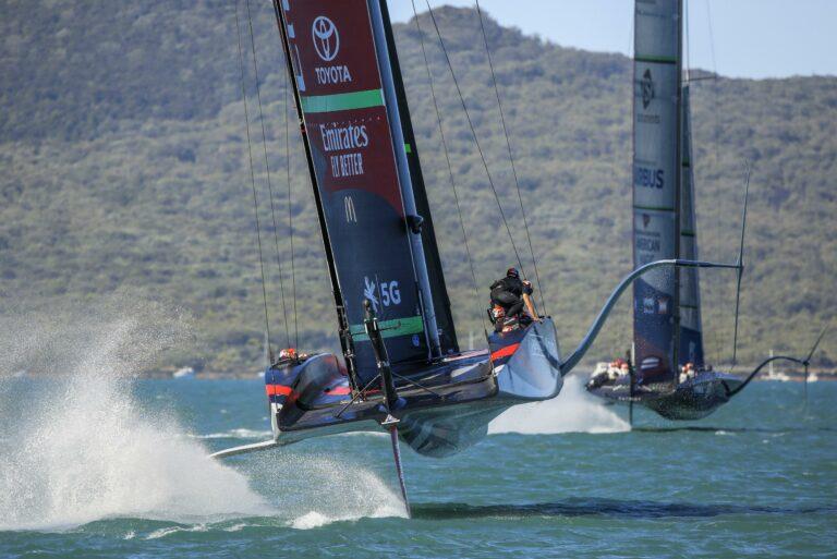 High-tech racemonsters America's Cup voor het eerst in actie