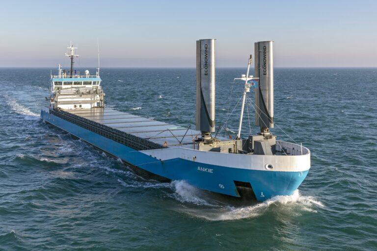 Zo vaart een vrachtschip met metalen 'zeilen'