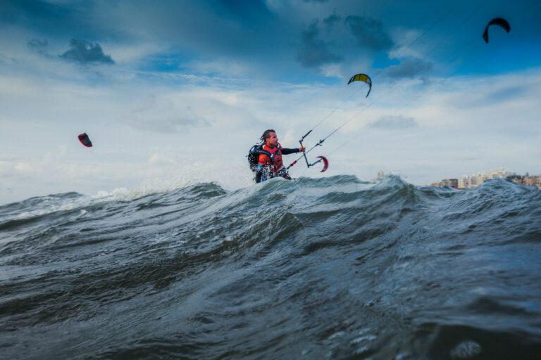 Plastic Soup Surfer brengt boek uit over zijn missie – inclusief zeilavontuur