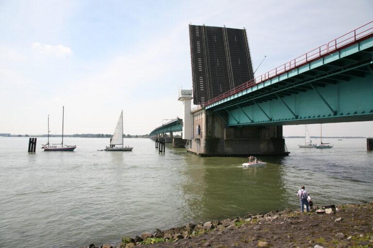 Haringvlietbrug tot nader order gestremd voor scheepvaart