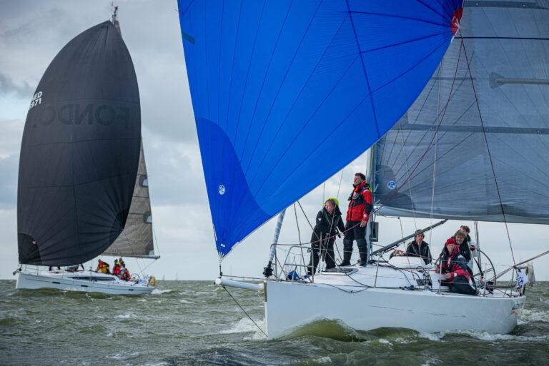 Zandlopers zeilen op het IJsselmeer