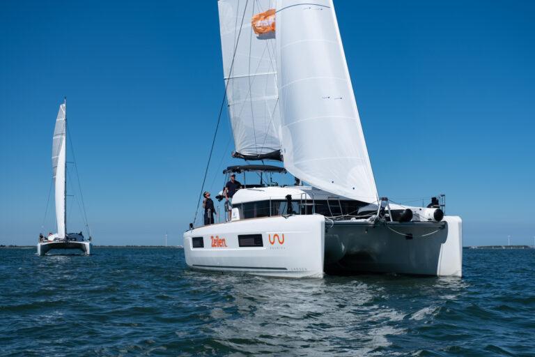 Motormanoeuvreren met een catamaran