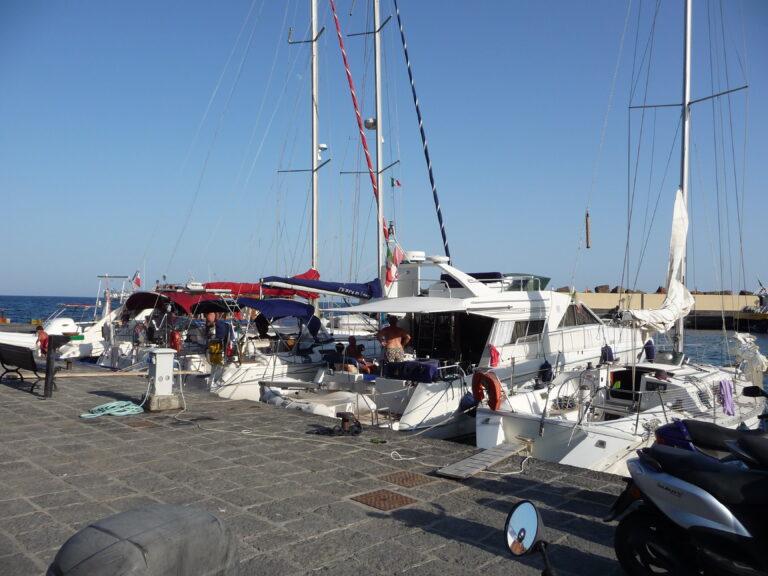 In beeld: Boot op Sicilië slaat met de spiegel tegen de kade en zinkt